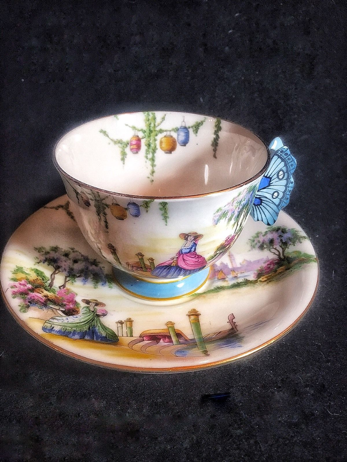 エインズレイティーカップ&ソーサー「ベネチア女性とバタフライハンドル」
