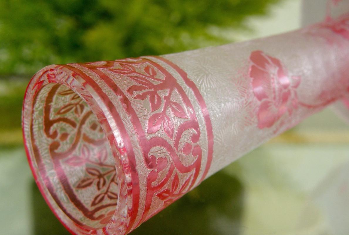 バカラ ピンクのエグランチエ技法の花瓶の先端