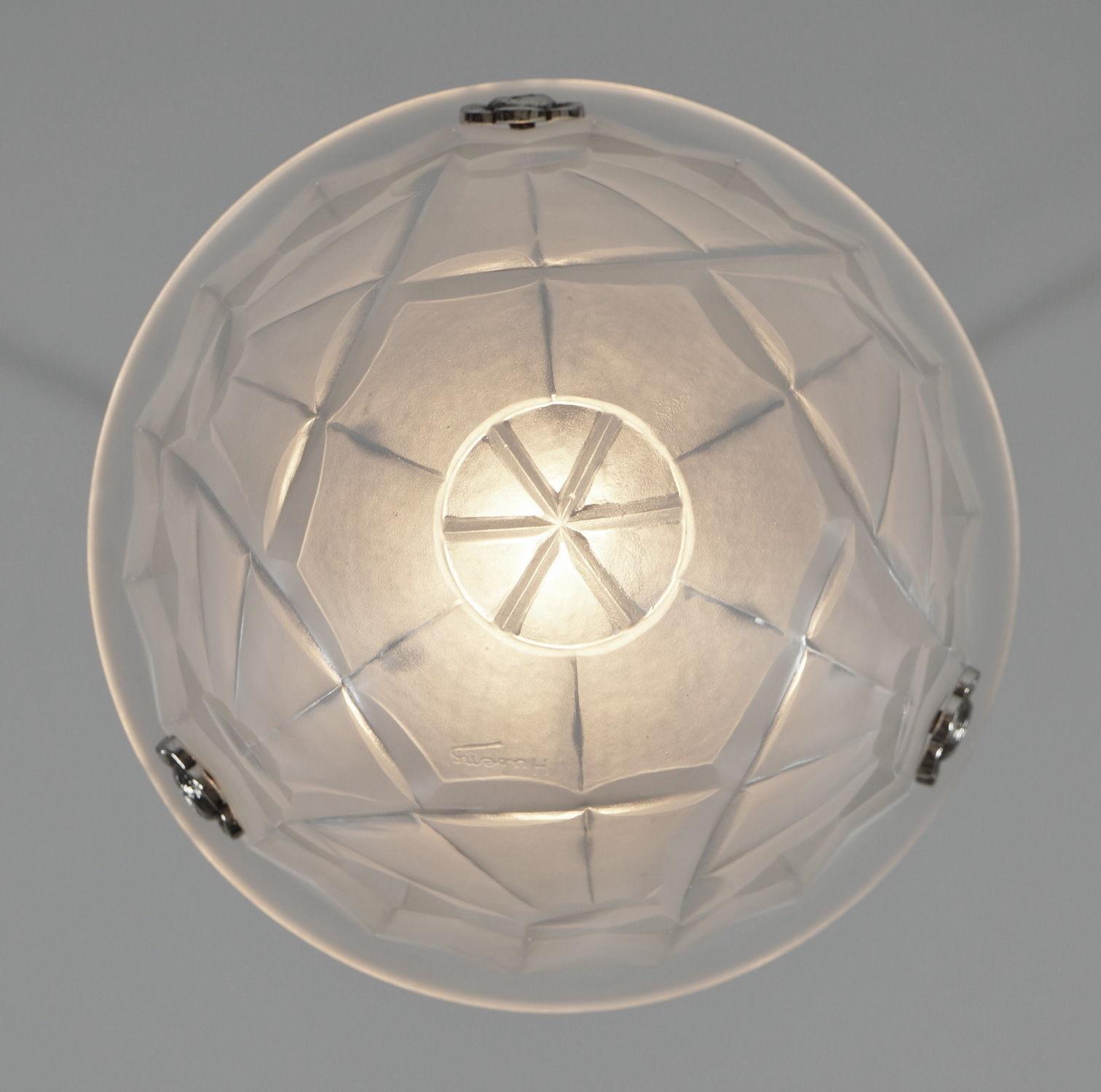 デュゲ(HUBENS & DEGUE)アール・デコ 幾何学文様ペンダントライトを下から見た風景