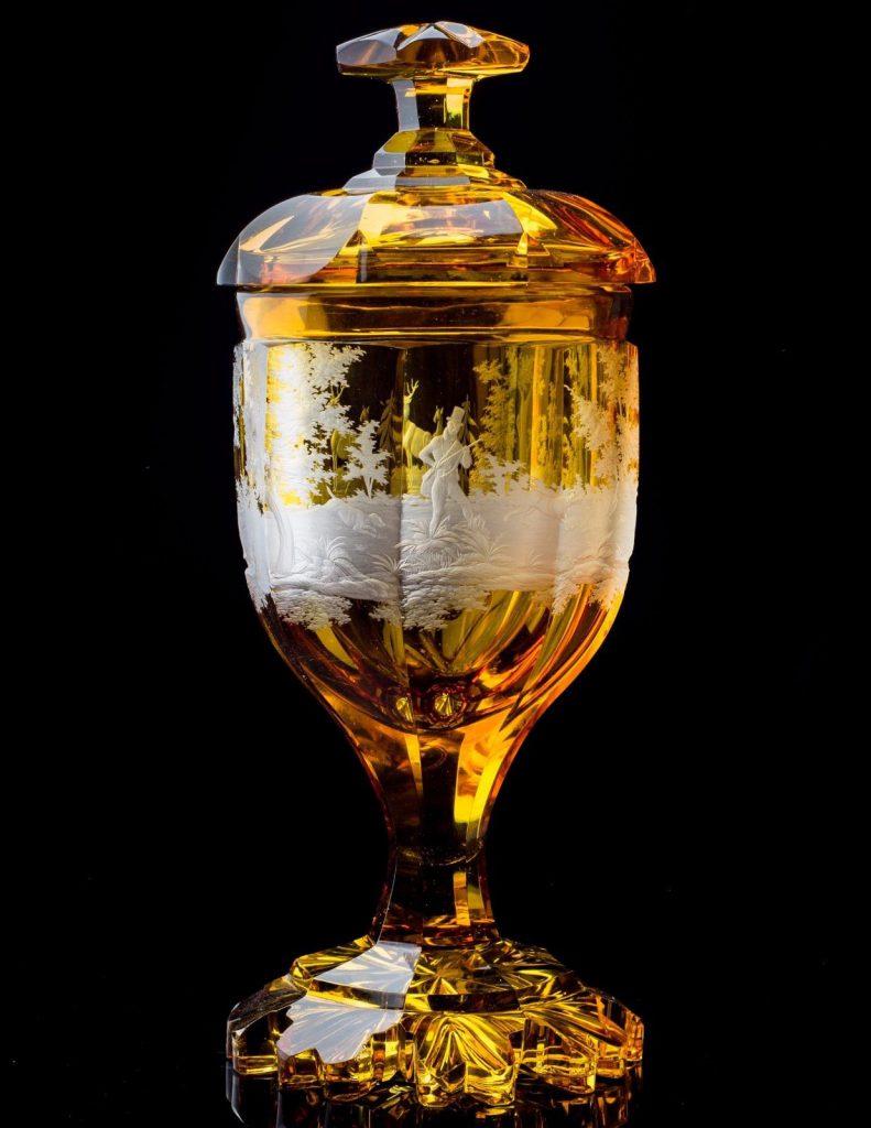 ボヘミアングラスのボヘミアの風景を描いたゴブレット型の花瓶