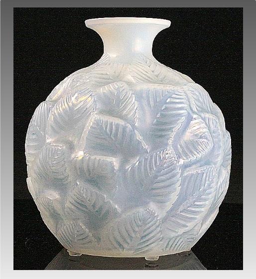 ルネラリック オパール色と青着色の花瓶 「オルモー」