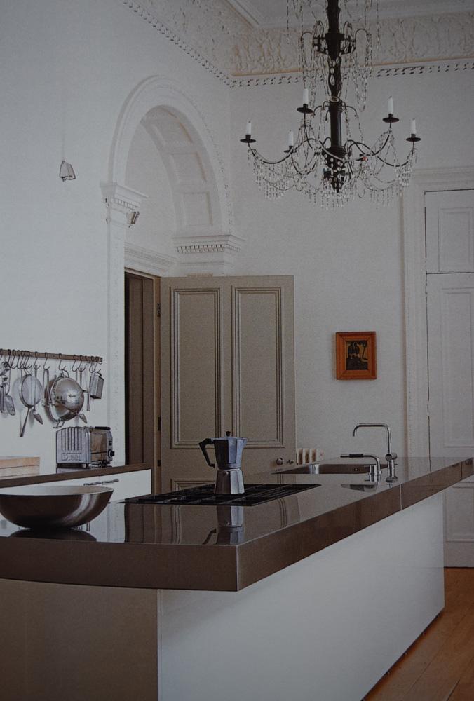 現代の住宅と伝統的なシャンデリアの共存、ウィルハイド