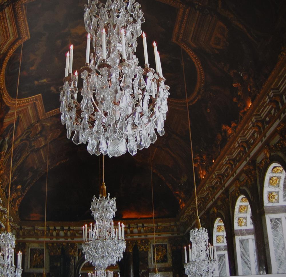 ヴェルサイユ宮殿の鏡の間にあるルイ14世様式のシャンデリア