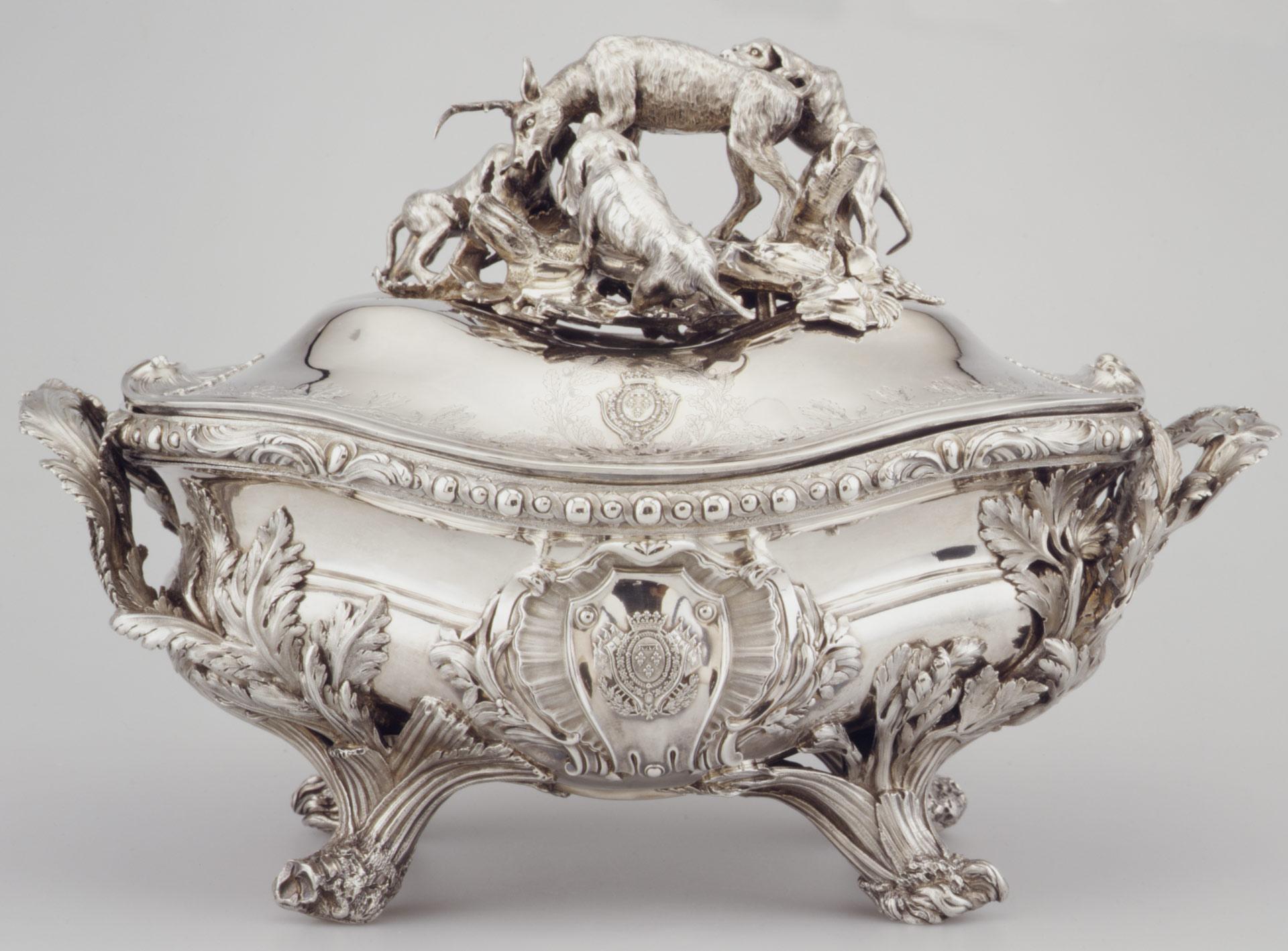 ※シルバーの深皿(三匹の犬が牡鹿を倒しているモチーフ) 1757-59年