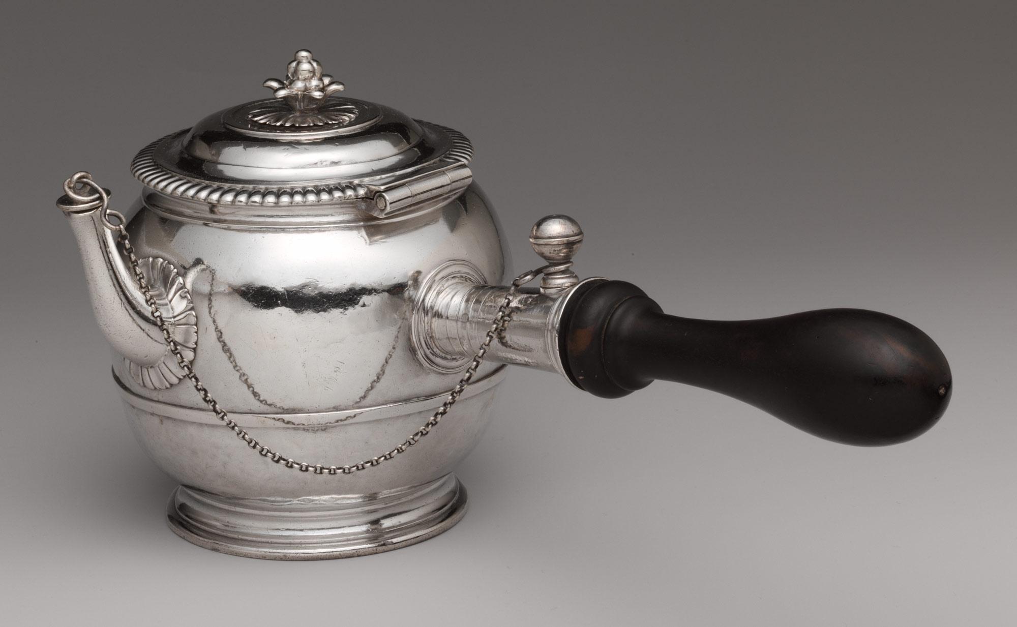 装飾豊かなシルバーティーポット 1699-1700