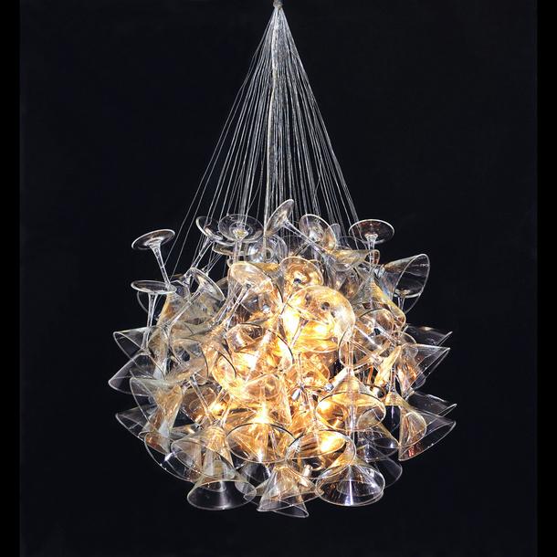 ピーター・ヴァロとマイケル・マラによるマティーニ・グラスを用いたシャンデリア