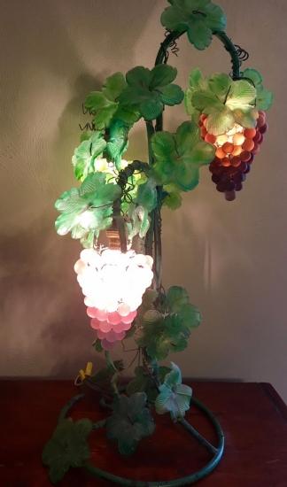 ベネチアングラスヴィンテージ ムラノガラス アールヌーボー 葡萄のテーブルランプ点灯時の画像