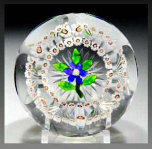 バカラのアンティークペーパーウェイト ミルフィオリ 青のクレマチスにガーランドのデザイン 多面型グラス製