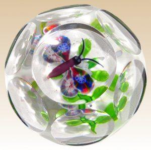 バカラのアンティークペーパーウェイト ミルフィオリ 蝶とクレマチスのデザイン 多面型ガラス製